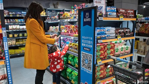 "Scanner un produit et le payer sur mobile en plein supermarché, un geste de plus en plus ""normal"" en Chine. (Source : The Economist)"