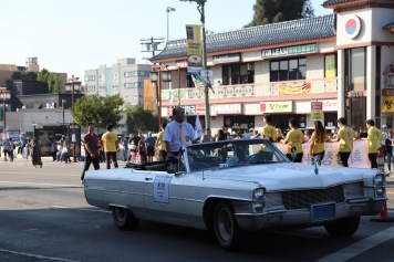 The Deputy Consul General of the Republic of Korea in Los Angeles, Hwang Insang, attended the parade while waving the Republic of Korea's national flag.