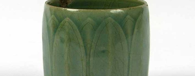 Beaker with incised lotus leaf decoration under celadon glaze, Goryeo dynasty (918-1392), stoneware, 11th/12th century