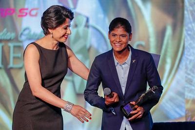 Anjum Chopra presents Radha Yadav (India) with emerging cricketer of the year female