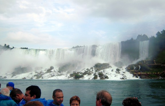 坐著有名的霧中少女號(Maid of the Mist),靠近瀑布來享受一下水花四濺的感覺。