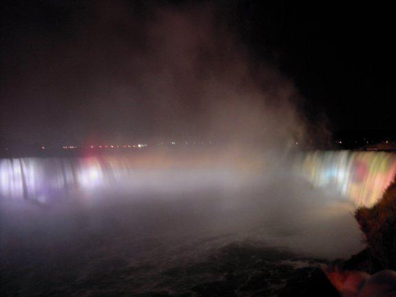 夜間的瀑布,有五彩探照燈投射在瀑布上。