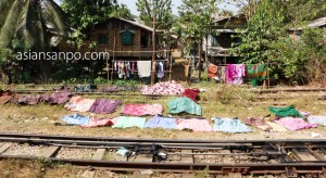 ミャンマー バゴー 駅 洗濯物