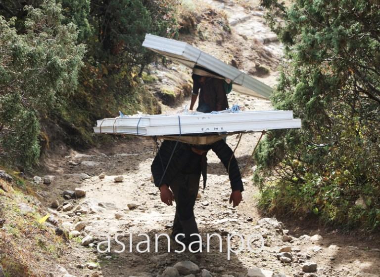 ネパール エベレスト街道 シェルパ族 運搬