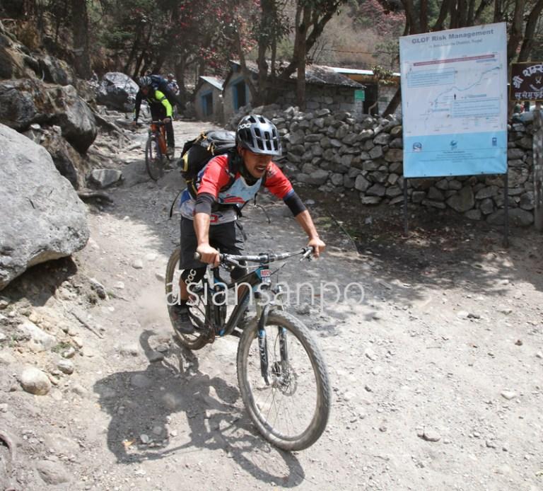ネパール エベレスト街道 プンキテンガ バイク