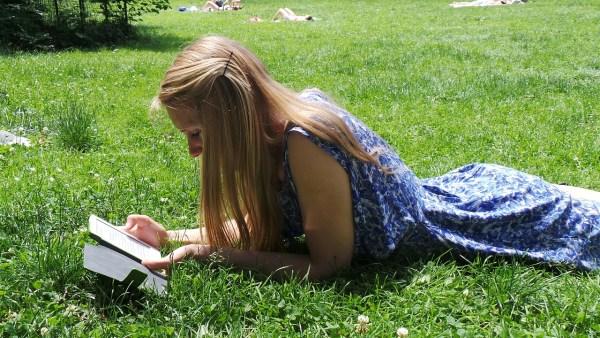 czytnik, dziewczyna, łąka, Kindle
