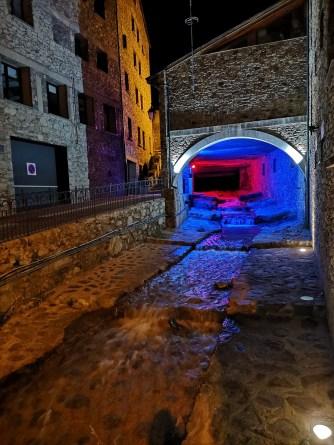 Oświetlony tunel z potokiem - na czerwono