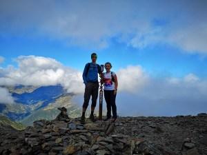 Mężczyzna i kobieta na szczycie Pic de l'Estanyo w Andorze, Pireneje