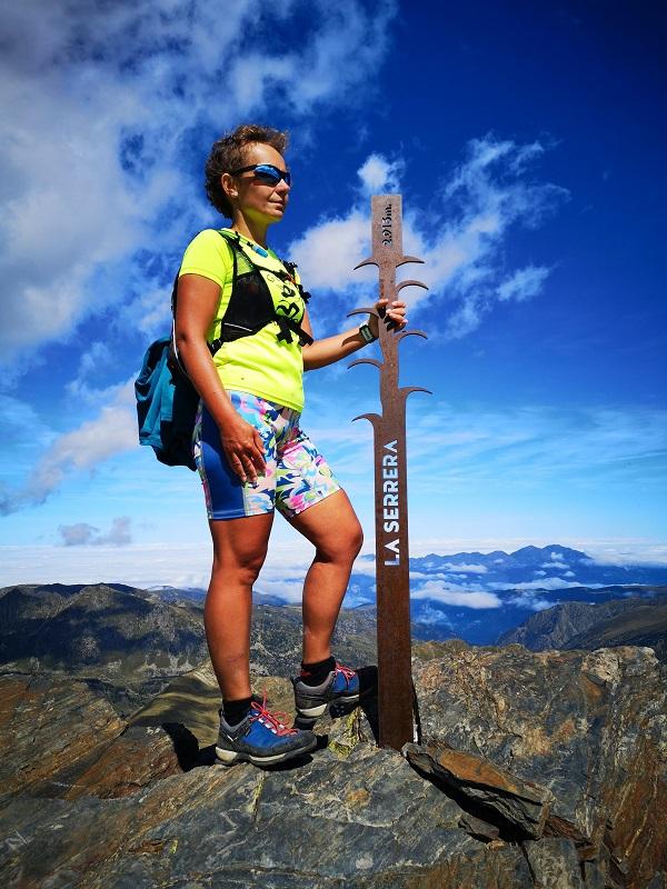 Kobieta naszczycie góry La Serrera wPirenejach, Andora