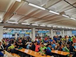 Duża grupa biegaczy w biurze zawodów półmaratonu Garda
