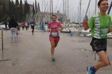 Biegaczka na trasie półmaratonu Garda, Włochy