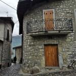 Kamienne domy we włoskim miasteczku na wyspie