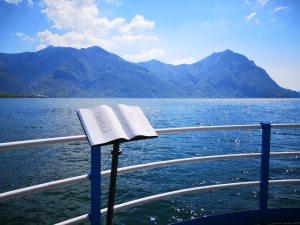 Rzeźba - książka nad brzegiem jeziora Iseo