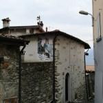 Wąskie, kamienne uliczki w Costa Volpino