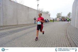 Uśmiechnięta biegaczka na finishu maratonu w Łodzi