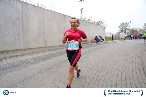 Dziewczyna wbiega na metę maratonu - Maraton w Łodzi
