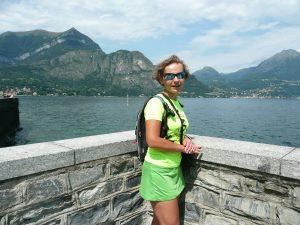 Dziewczyna na tle jeziora Como i gór