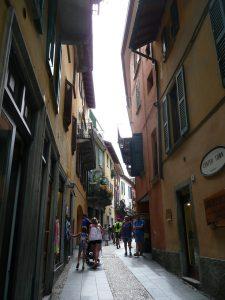 Wąska uliczka we włoskim miasteczku Bellagio