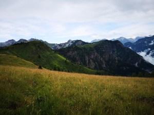 Szeroki szlak i rozległe łąki wokół Monte Torcola