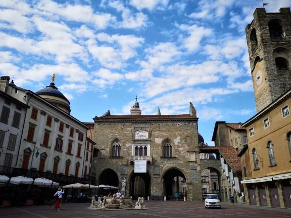 Piazza Vecchia, serce Citta Alta w Bergamo