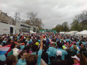 Biegacze na starcie biegu śniadaniowego w Paryżu