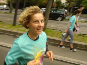Biegaczka na trasie biegu śniadaniowego w Paryżu