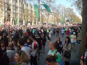 Tłum biegaczy przed startem Schneider Electric Marathon de Paris