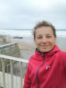 dziewczyna natle oceanu atlantyckiego