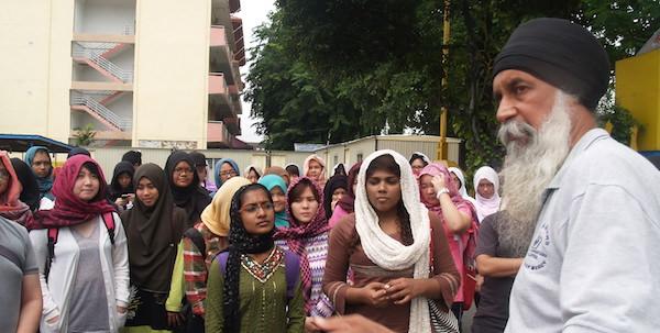 Jasbir SIngh briefing UCSI University students during their visit to Wadda Gurdwara Sahib Kampung Pandan.