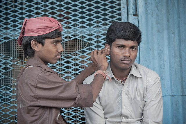 Photo of the Day: Ear Cleaning in Mumbai, India | Asia Society