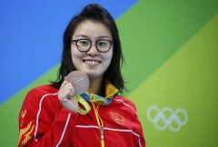 Swimming - Women's 100m Backstroke Victory Ceremony