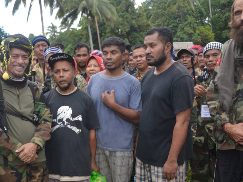 Three Indonesian nationals and Norwegian national Kjartan Sekkingstad (R) stand next to Moro National Liberation Front (MNLF) leader Nur Misuari and other members of the rebel group after the hostages are freed from the al Qaeda-linked Abu Sayyaf Islamist militant group, in Jolo, Sulu in southern Philippines September 18, 2016. REUTERS/Nickie Butlangan