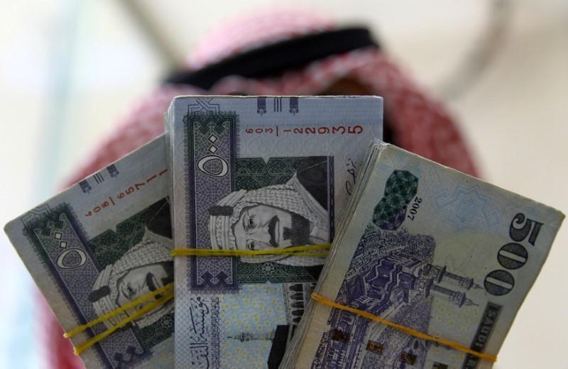 A Saudi money changer displays Saudi Riyal banknotes at a currency exchange shop in Riyadh, Saudi Arabia September 29, 2016. REUTERS/Faisal Al Nasser