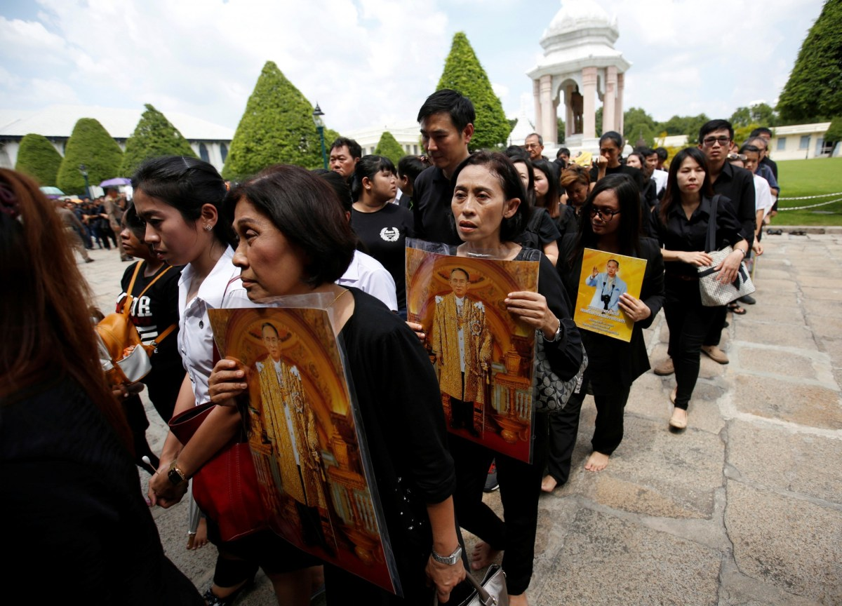 Mourners line up to enter the Grand Palace to pay respect to Thailand's late King Bhumibol Adulyadej in Bangkok, Thailand October 15, 2016. Reuters