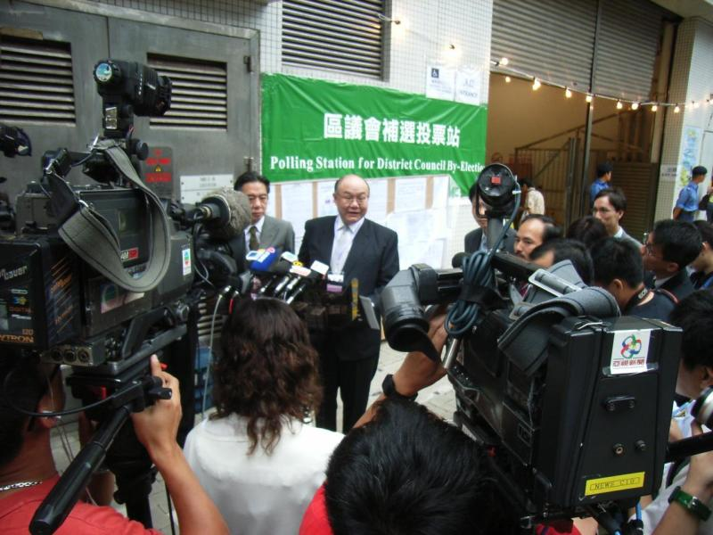 Mr Justice Woo Kwok-hing speaks to the media during a district council by-election in his role as chairman of the Electoral Affairs Commission in 2006. He is now retired and plans to run in the 2017 chief executive election. Photo: Wikimedia Commons