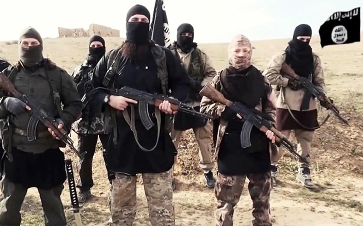 محاربون من تنظيم الدولة الإسلامية في موقع مجهول.صورة: Wikimedia Commons