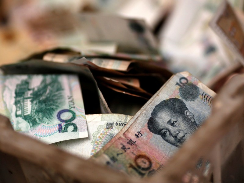 Chinese banknotes are seen at a vendor's cash box at a market in Beijing February 14, 2014. Photo: Reuters/Kim Kyung-hoon