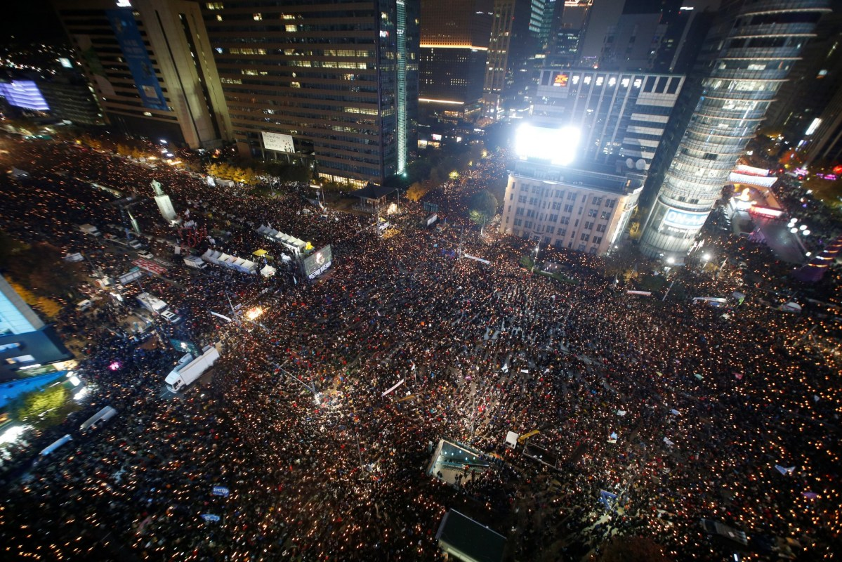 People take part in a rally calling for President Park Geun-hye to step down in central Seoul, South Korea, November 12, 2016. Photo: Reuters/Kim Hong-Ji