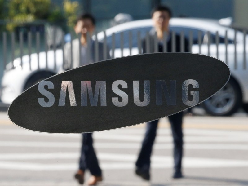 Korean tech giant Samsung, which has denied rumors that it is working on a blockchain-focused smartphone, has just made patent applications in the UK for cryptocurrency wallets and related transfer technology. Photo: Reuters/Kim Hong-Ji