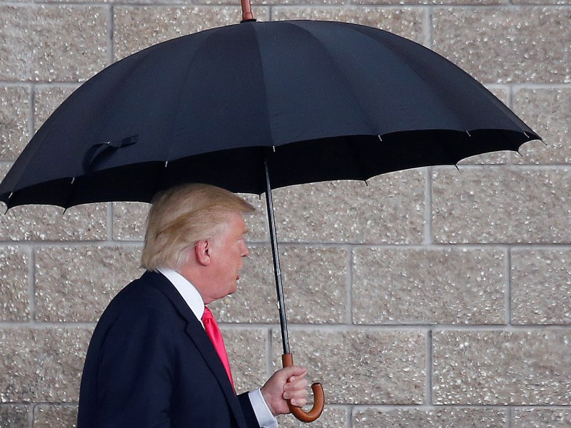 Republican presidential nominee Donald Trump arrives in the rain for a campaign rally in Tampa, Florida. Photo: Reuters/Carlo Allegri