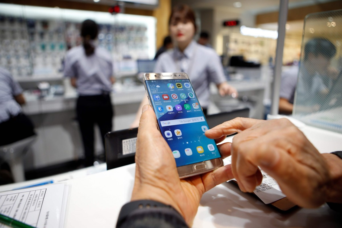 A customer uses his Samsung Electronics' Galaxy Note 7 as he waits for an exchange at company's headquarters in Seoul, South Korea on October 13, 2016. REUTERS/Kim Hong-Ji/File Photo