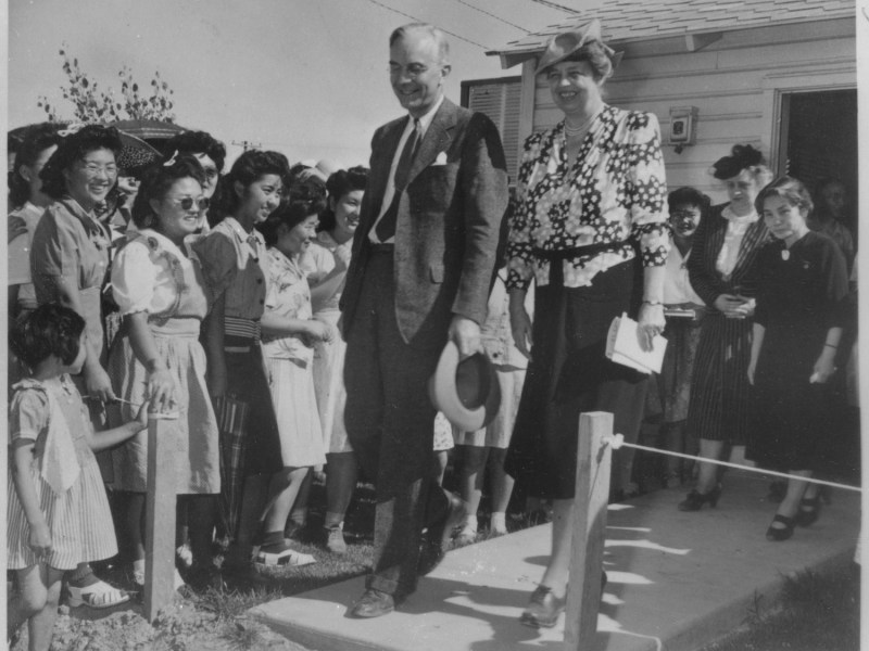 Eleanor Roosevelt at the Gila River at the Japanese American internment center in Arizona. Photo: Wikimedia Commons