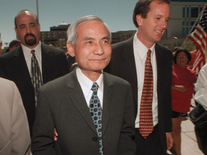Dr. Wen Ho Lee, (C), walks out a free man from the Federal Courthouse in Albuquerque, New Mexico, September, 13, 2000, accompanied by his lawyer Mark Holcher, right. Photo: Reuters