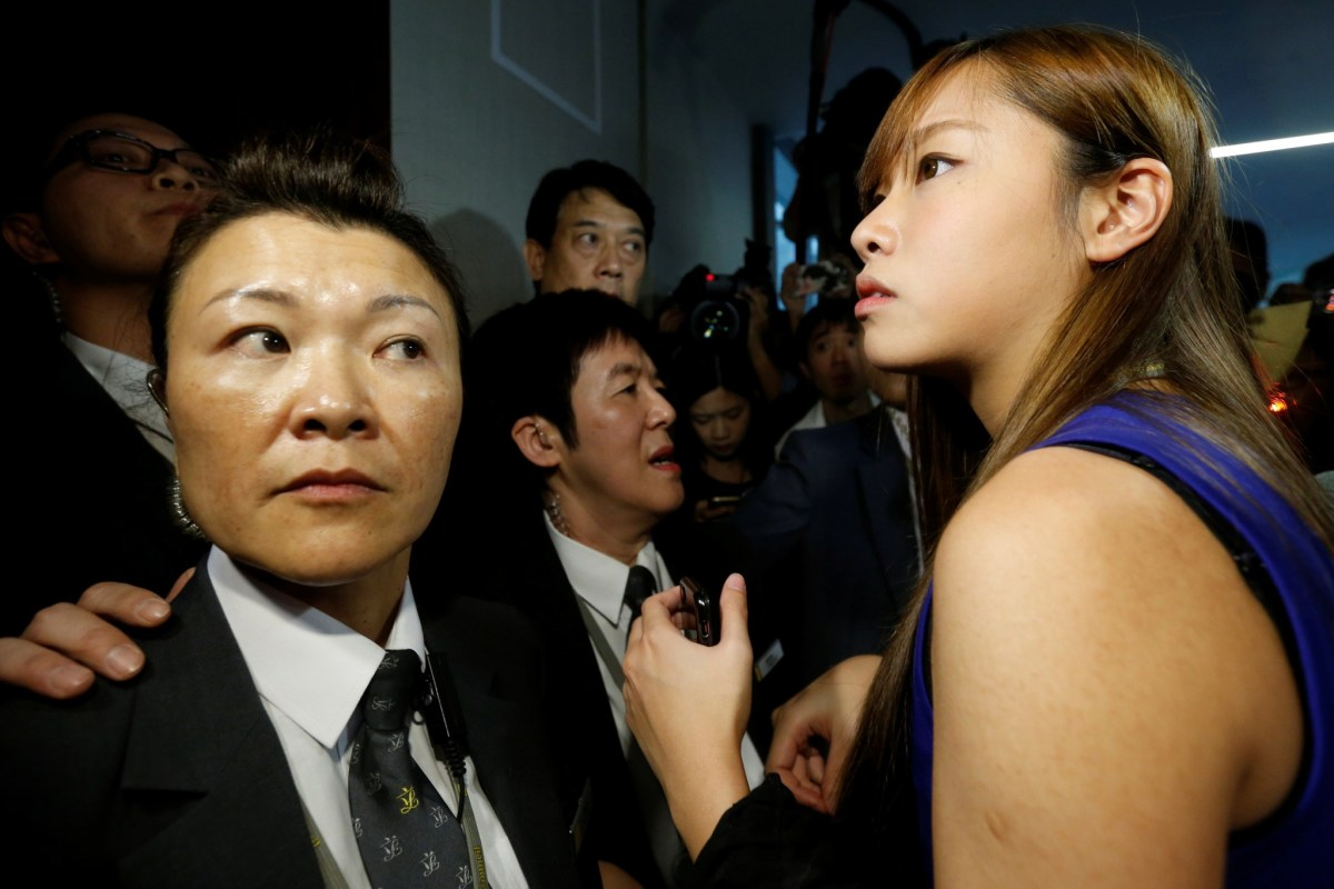Security guards block pro-Hong Kong independence legislator-elect Yau Wai-ching (right) from entering the city's Legislative Council chamber to re-take her oath. Photo: REUTERS/Bobby Yip