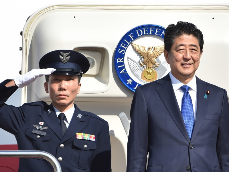 Japan's Prime Minister Shinzo Abe (right) leaves Tokyo's Haneda Airport en route to meet Donald Trump in New York on Nov. 17, 2016. Photo: Kazuhiro Nogi/AFP