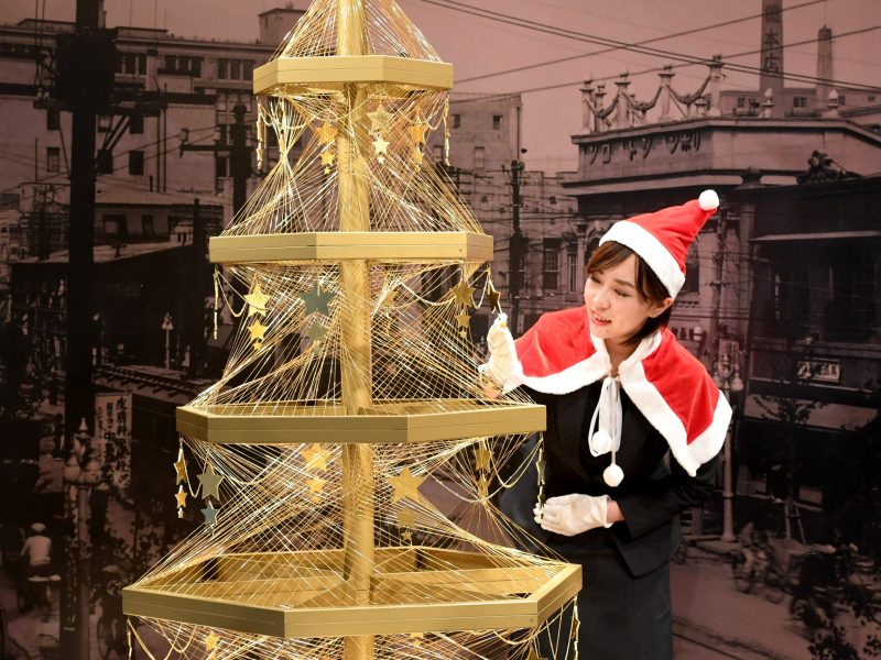 A Ginza Tanaka employee shows off a $1.8 million Christmas tree made with 19-kilogram of pure gold wires at the Ginza Tanaka store in Tokyo on November 22, 2016. AFP/Toshifumi Kitamura