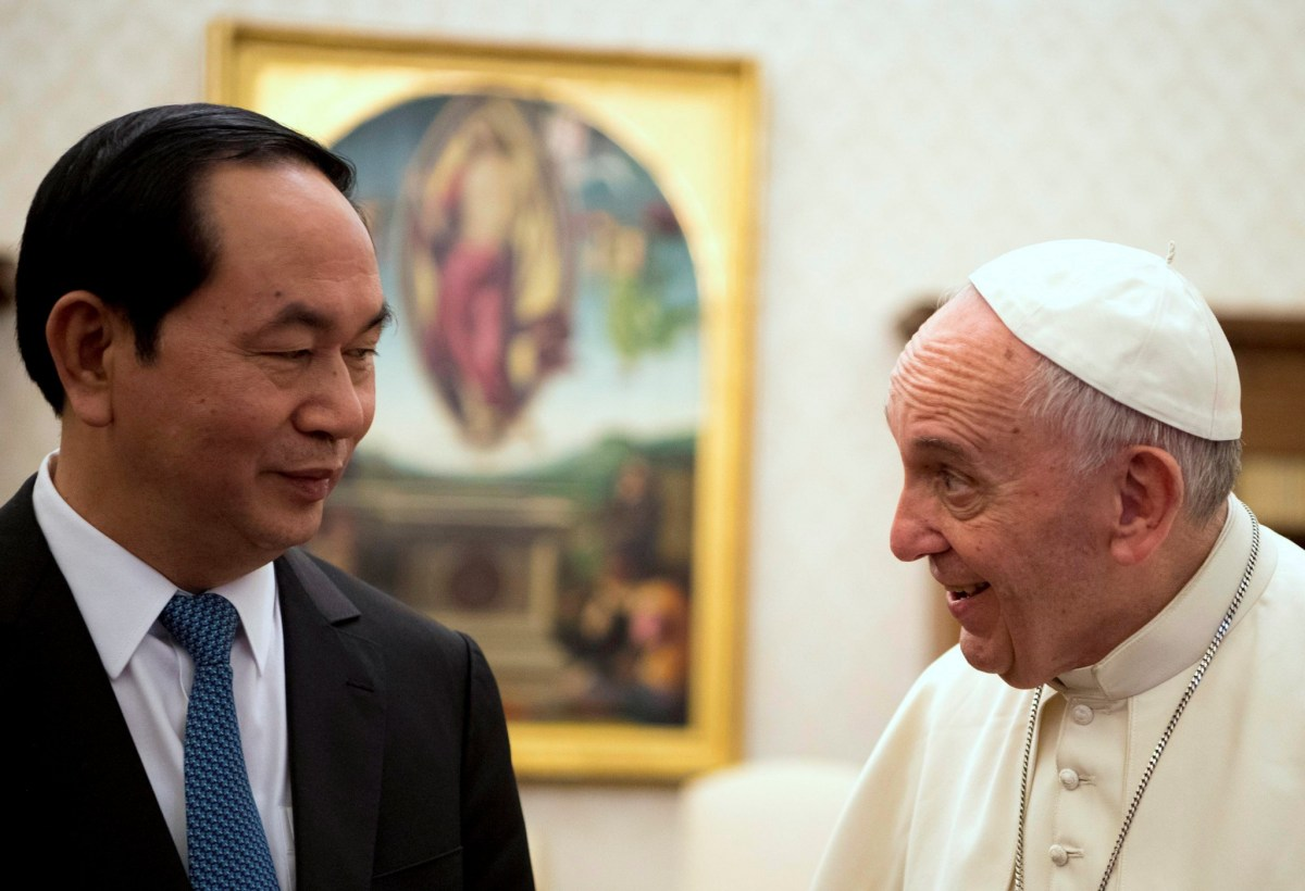 Pope Francis meets Vietnam's President Tran Dai Quang (L), during a private audience in Vatican, November 23, 2016. Photo: REUTERS/Maurizio Brambatti/Pool