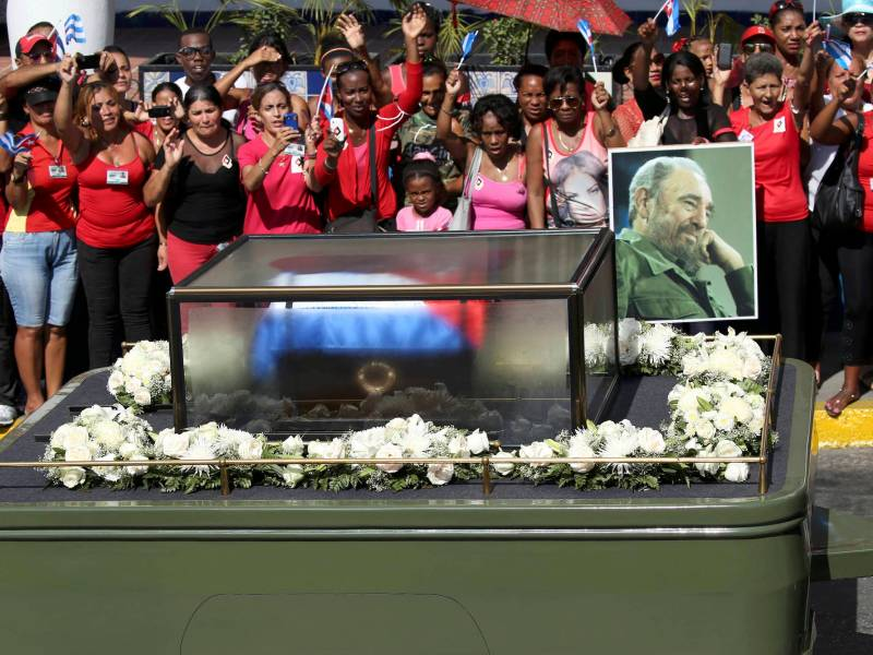 Residents wave as the caravan carrying the ashes of Cuba's late President Fidel Castro arrives in Santiago de Cuba, Cuba, December 3, 2016. Photo: Reuters/Carlos Garcia Rawlins