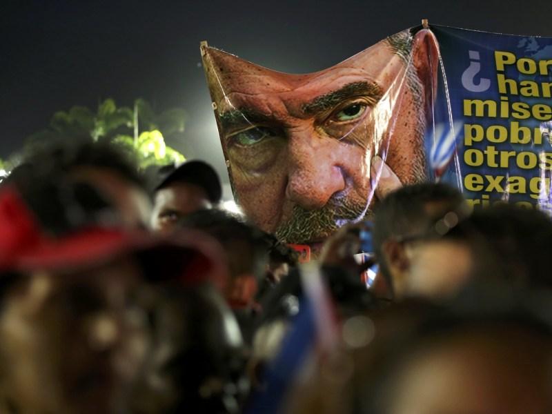 People raise a banner and cheer at a tribute to former Cuban leader Fidel Castro in Santiago de Cuba, Cuba, December 3, 2016. Photo: Reuters/Carlos Garcia Rawlins
