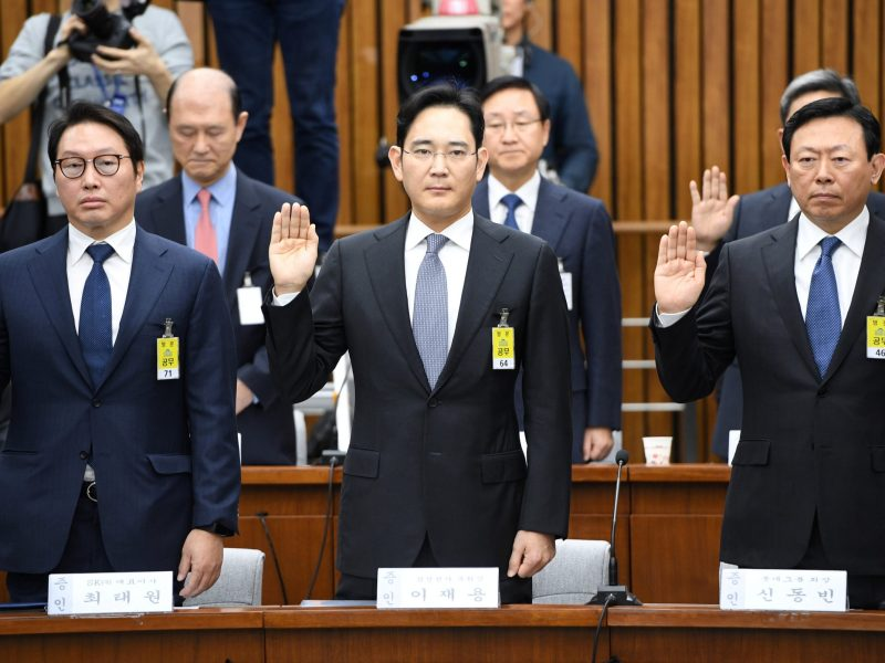 (L-R) SK Group chairman Chey Tae-Won, Samsung Group's heir-apparent Lee Jae-yong and Lotte Group Chairman Shin Dong-Bin take an oath during a parliamentary probe into a scandal engulfing President Park Geun-Hye at the National Assembly in Seoul on December 6, 2016. Photo: Reuters/Jung Yeon-Je